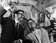 André Girard (à droite) examine l'une de ses peintures transparentes